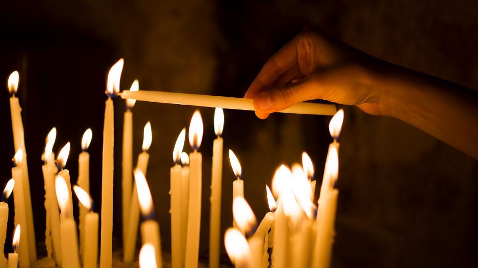 de ce aprindem lumânări în biserică