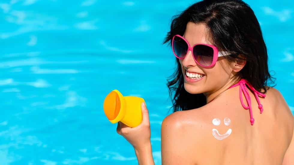 loțiunea cu factor de protecție solară la piscină