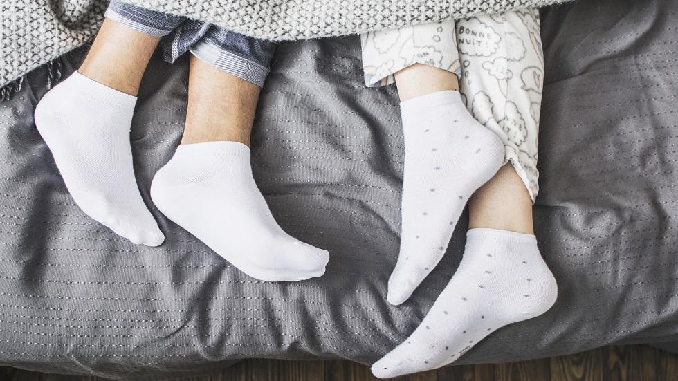 De ce e important să porți șosete în timpul somnului