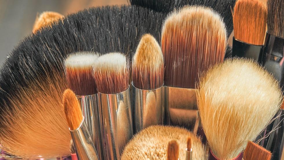4 pași simpli care te ajută să cureți pensulele de machiaj