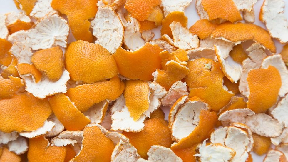 coji de portocală în ghiveciul cu flori