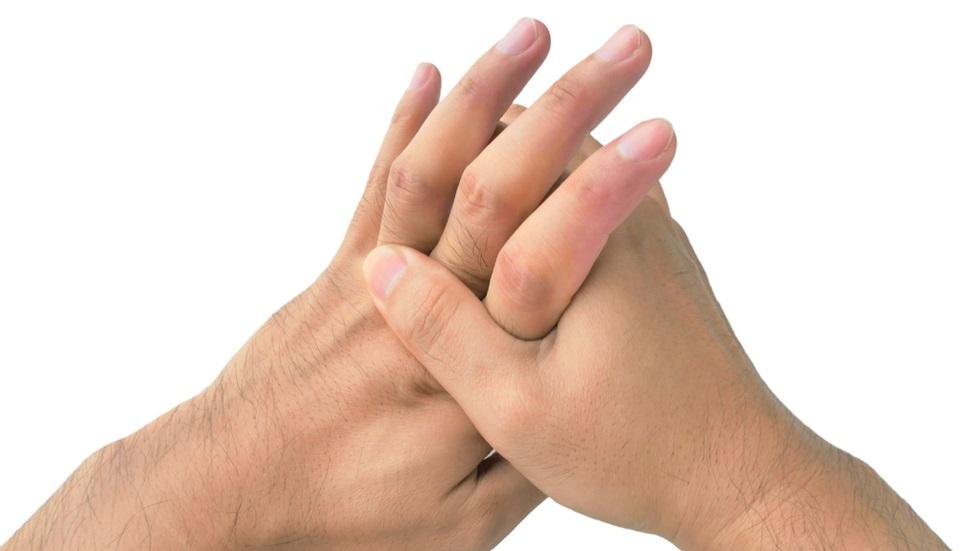 Și-a trosnit degetele și a fost la un pas să își piardă viața