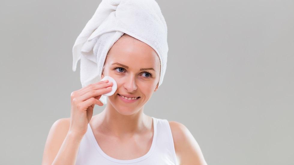 Cum poți prepara în casă o loțiune pentru curățarea tenului sensibil
