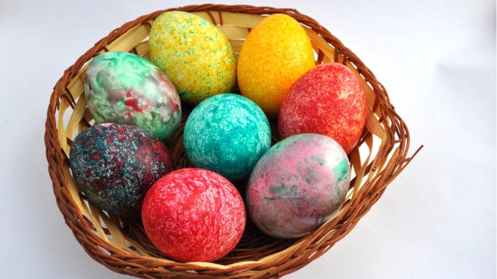 Oua vopsite cu colorant alimentar si orez