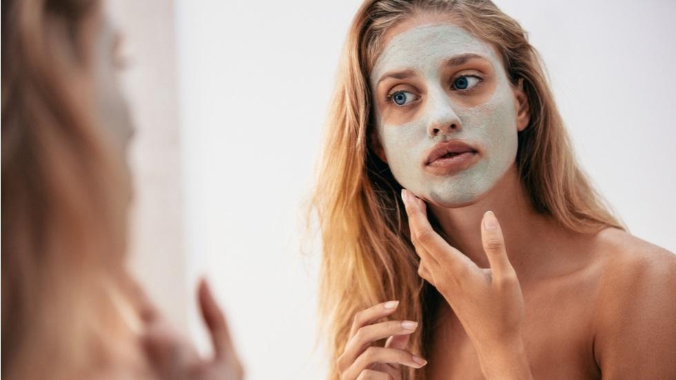Greșeala pe care o faci când aplici masca facială