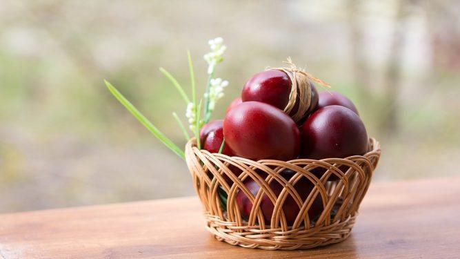 coșuri cadou de Paște-ouă roșii în coș