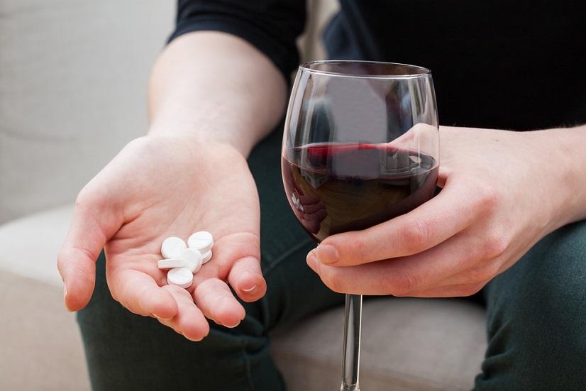de-ce-nu-e-bine-sa-amesteci-alcoolul-cu-medicamentele