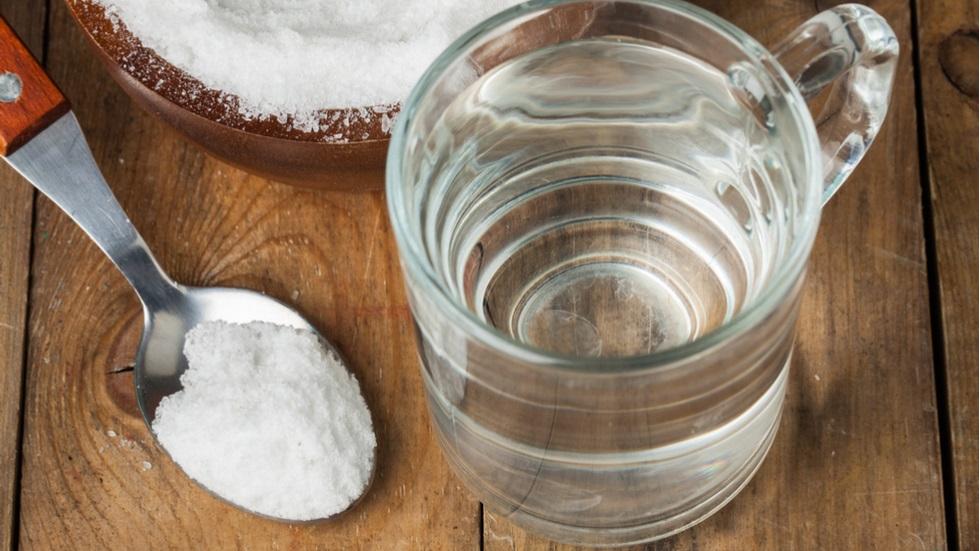 Cât de sănătos este să bei apă cu sare pentru detoxifierea organismului