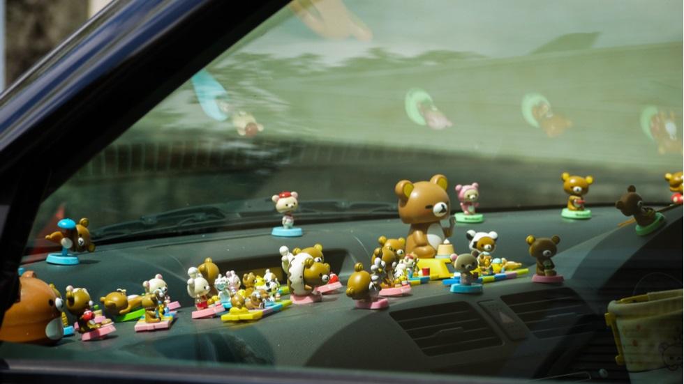 Ce riști dacă ai o mulțime decruciulițe lipite pe parbrizul mașinii