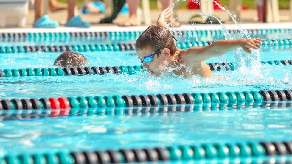 Cum influențează înotul dezvoltarea copilului tău