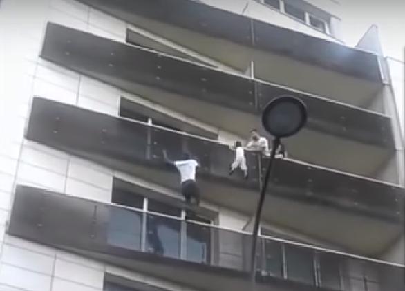copil care atârna de balustrada unui bloc din Paris1