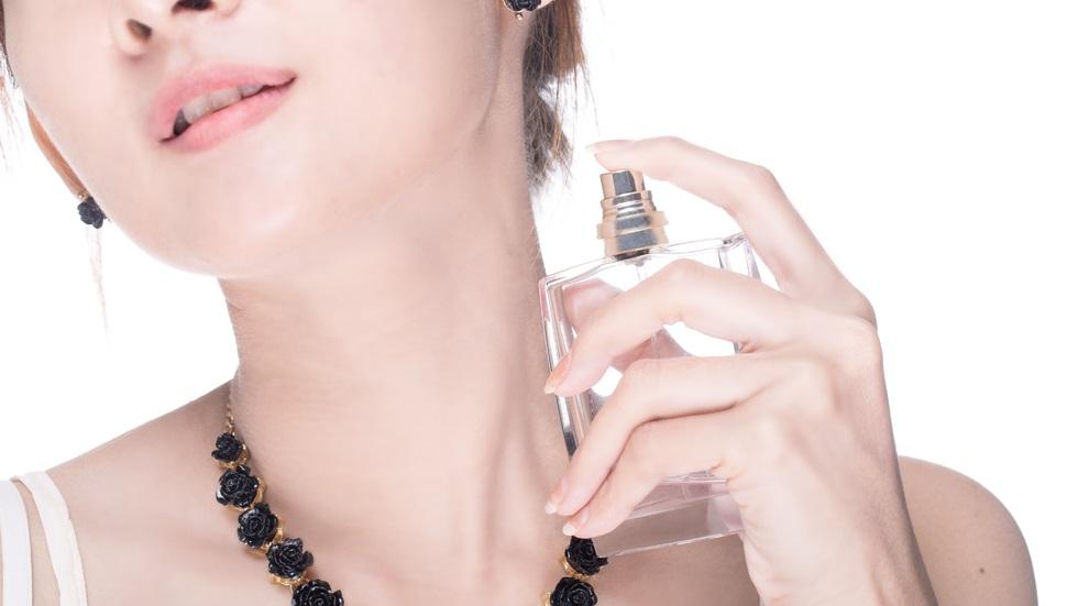 cum aplici parfumul în timpul verii