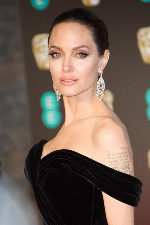 Angelina Jolie blondă