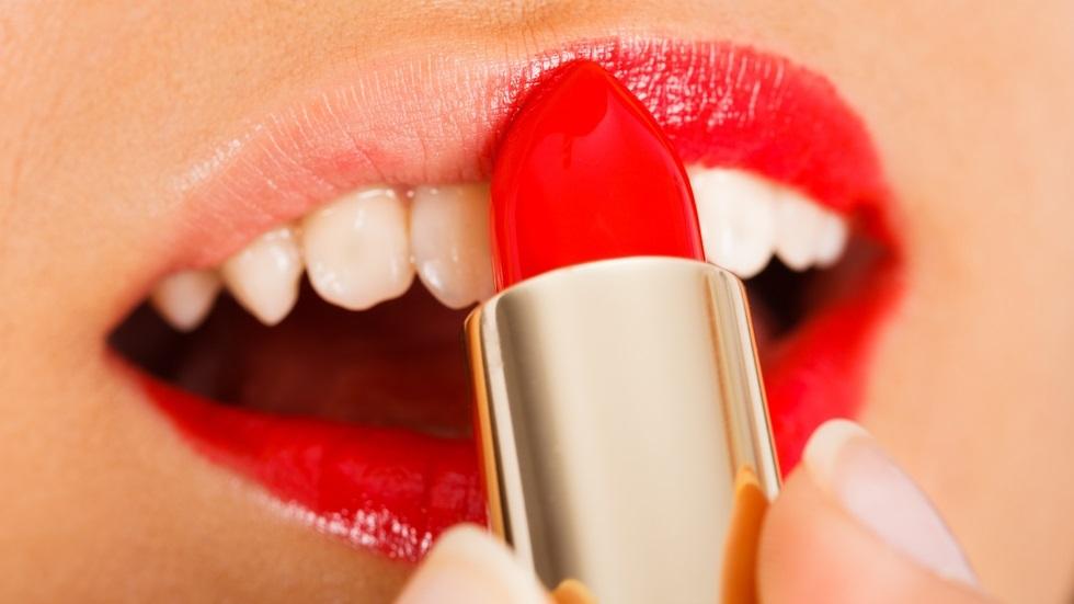 Ce poți face pentru ca rujul să nu mai ajungă pe dinți