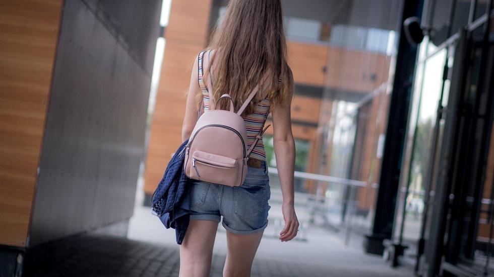 o elevă de 11 ani a fost obligată să îmbrace o pereche de blugi uzați
