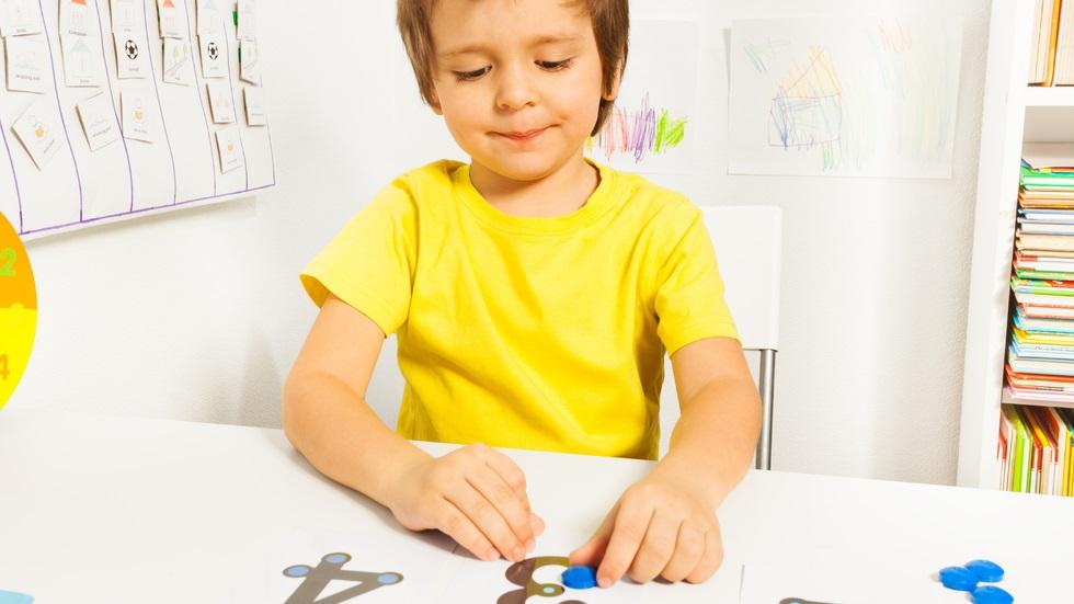Cum sunt văzuți copiii cu autism în societate