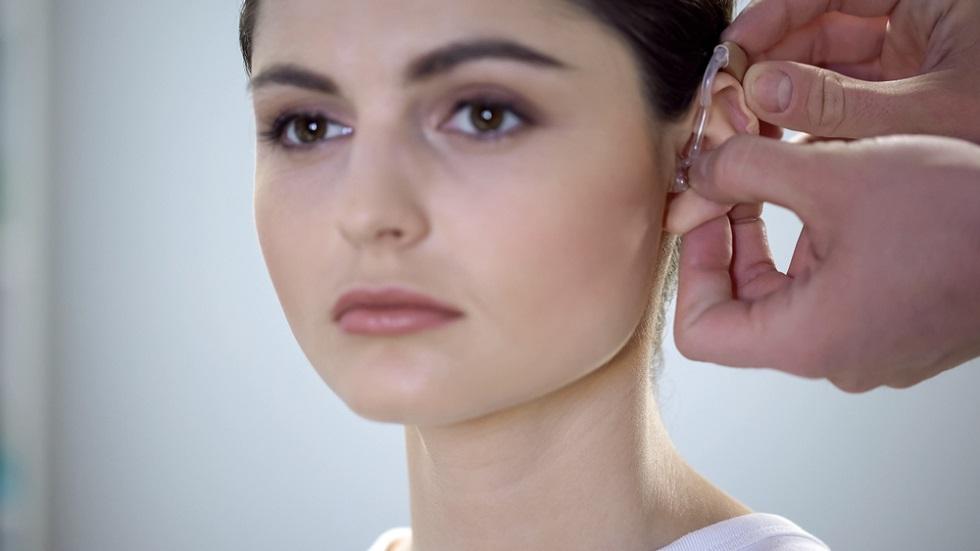 O femeie a fost diagnosticată cu o afecțiune rară din cauza căreia nu mai poate auzi vocile bărbaților
