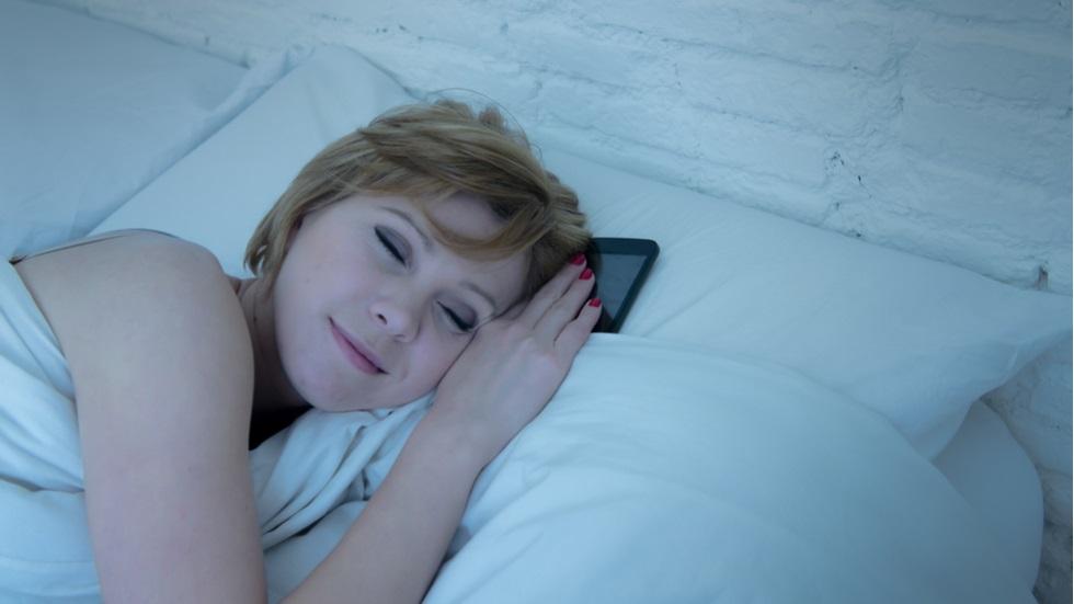 riscuri la care te expui atunci când dormi în apropierea telefonului mobil