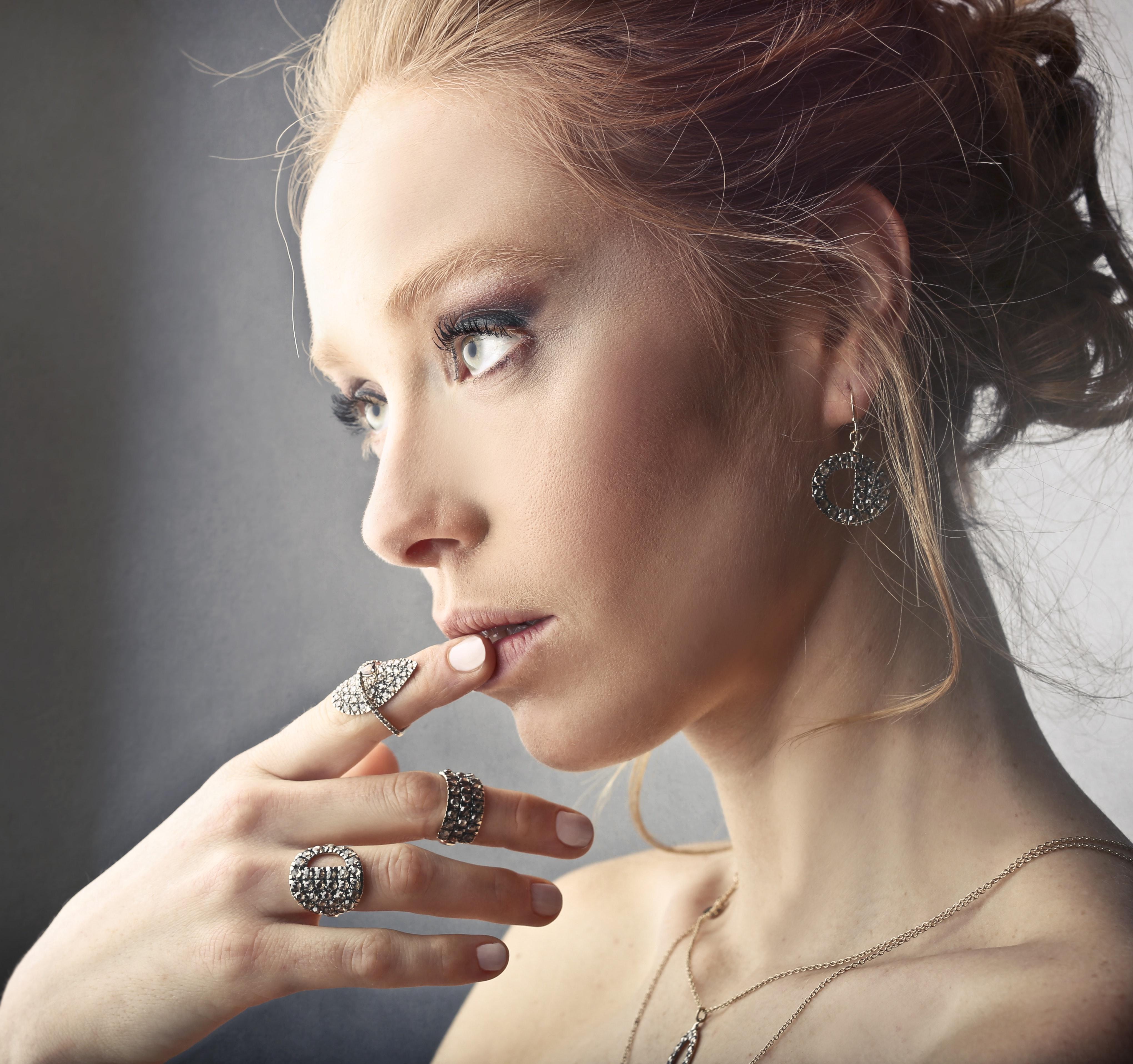 vastă selecție stiluri de moda captură Cum să porți bijuteriile din argint pentru un look perfect