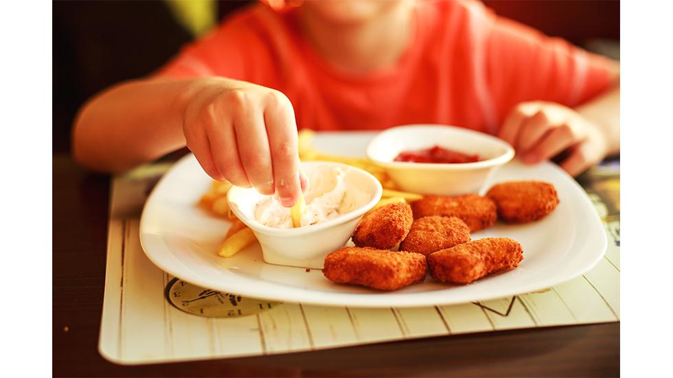 Iată-care-sunt-cele-mai-dăunătoare-alimente-pentru-copii