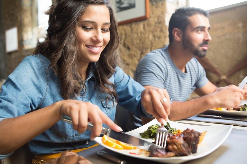 """Comportamentul de consum al românilor în zona de food a suferit modificări importante în 2018. Pe de-o parte, a crescut valoarea bonului de consum, iar pe de altă parte au fost observate creșteri substanțiale pe anumite segmente distincte ale pieței, se arată în cel mai nou studiu realizat de Hospitality Culture Institute. Zona de delivery a explodat anul trecut, fiind segmentul din piață cu cea mai mare creștere. Astfel, în 2018, această zonă a -depasit 15% din totalul pieței de food.  """"Anul 2018 a însemnat un adevărat boom pentru zona de food delivery. Marii jucători internaționali, precum Uber Eats, Glovo sau Takeaway, și-au îndreptat din ce în ce mai mult atenția spre țara noastră. Și nu au făcut acest lucru aruncându-se cu capul înainte, ci tocmai pentru că înțeleg valoarea cercetărilor de piață profesioniste. Ei bine, aceste cercetări indică țara noastră drept piața cu cel mai mare potențial de creștere din zonă,' susține Florin Maxim, fondator Hospitality Culture Institute.  Cât de des mănâncă românii la restaurant? Conform studiului Hospitality Culture Institute, aproximativ 80% dintre români au cumpărat mâncare gătită cel puțin o dată în ultimele 6 luni. Pe de altă parte, clienții frecvenți ai restaurantelor mănâncă în oraș cel puțin de patru ori pe lună, cea mai mare frecvență fiind înregistrată la restaurantele de tip cantină.  Atunci când vorbim de preferințele românilor în materie de mâncare, pe primul loc în topul comenzilor se, mentine la fel ca și în 2017, mâncarea românească.  """"Există în continuare o apetență ridicată pentru restaurantele de tip românesc, însă față de anul trecut observăm o orientare a consumatorului român către diversitate și varietate, arătând un interes în creștere pentru restaurantele cu bucătării internaționale,' arată Laurențiu Asimionesei, - reprezentantul companiei Stratesys. Cele mai importante criterii după care își aleg românii restaurantele sunt, în ordinea importanței, următoarele: diversitatea ofertei, gustul și calita"""