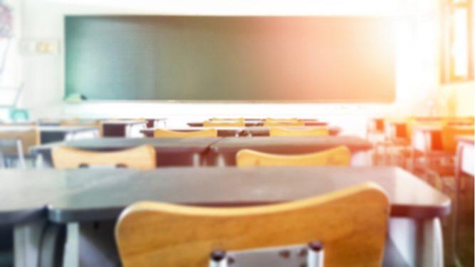 O profesoară și-a obligat eleva să se tundă în fața colegilor, pentru că și-l vopsise