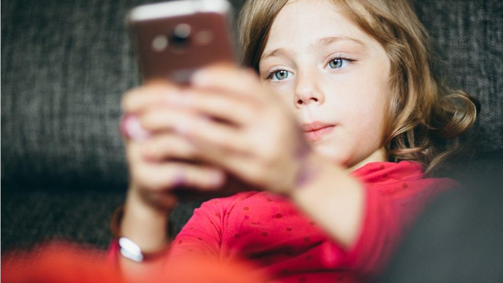 copilul tău petrece mai mult de 2 ore pe zi în fața unui ecran luminos