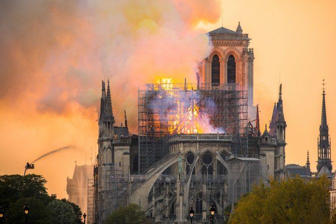 Gabriela Firea va dona timp de trei luni 10% din salariul său pentru refacerea Catedralei Notre-Dame din Paris