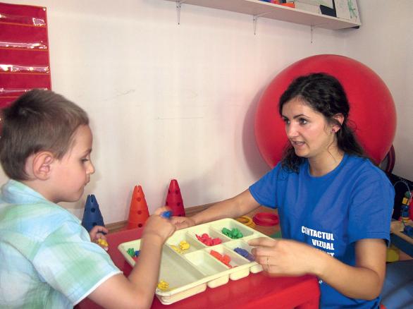 O fetiță de clasa a IV-a a creat un manual pentru copiii cu cerințe speciale