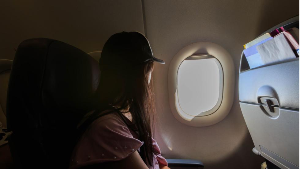 femeie uitata in avion