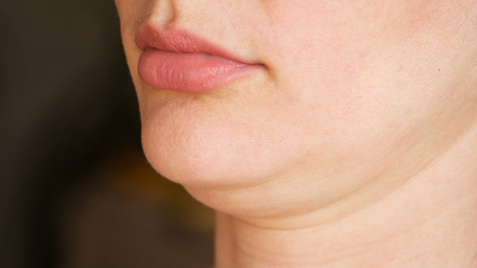 Trucul de machiaj care te ajută să maschezi bărbia dublă