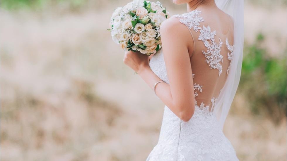 O femeie a purtat rochia de mireasă un an întreg