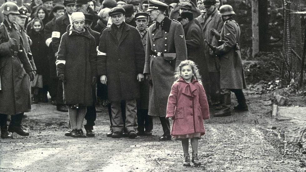 Fetița în palton roșu