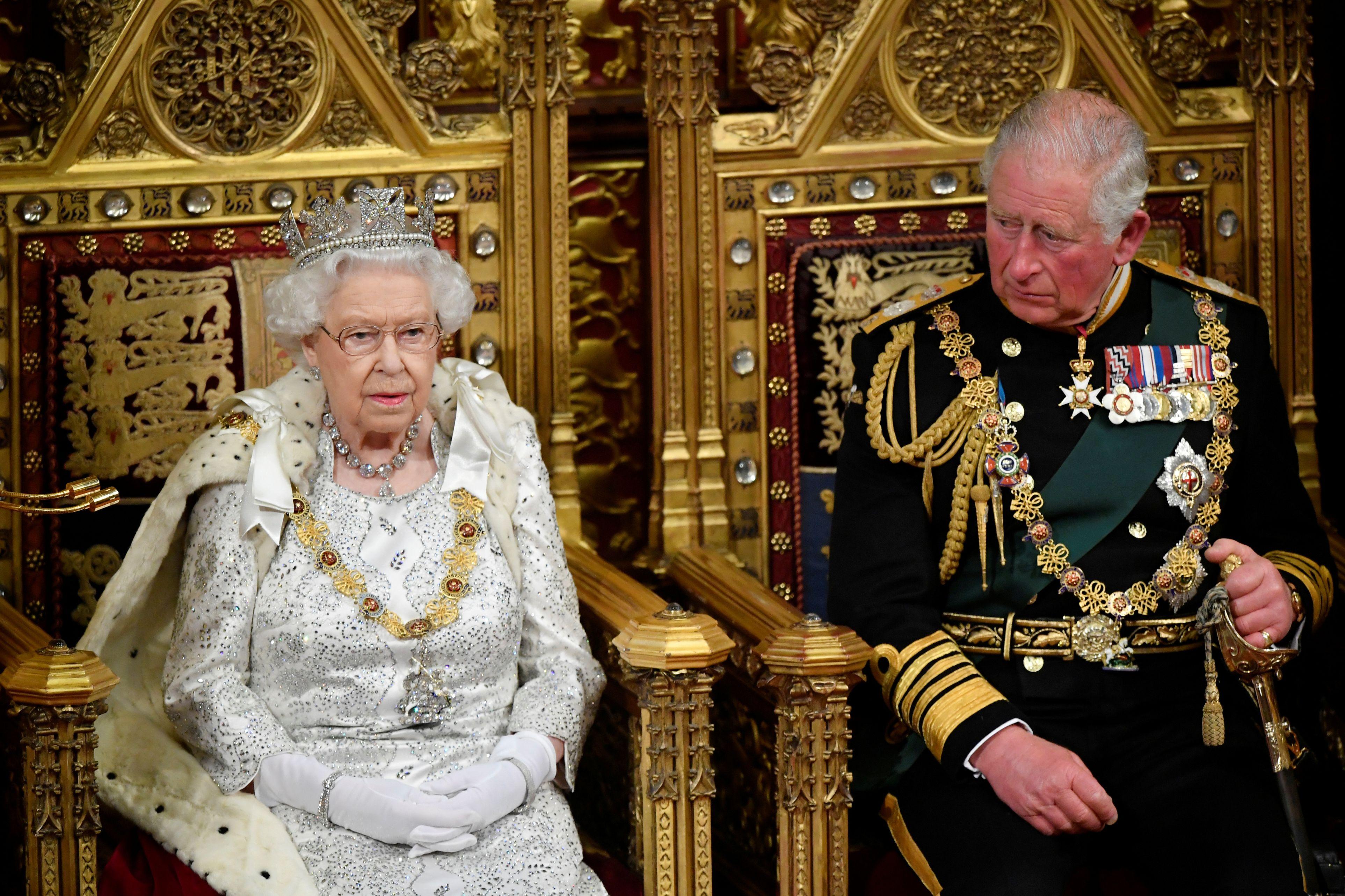 Regina Elisabeta a II-a și fiul ei Prințul Charles, duce de Wales
