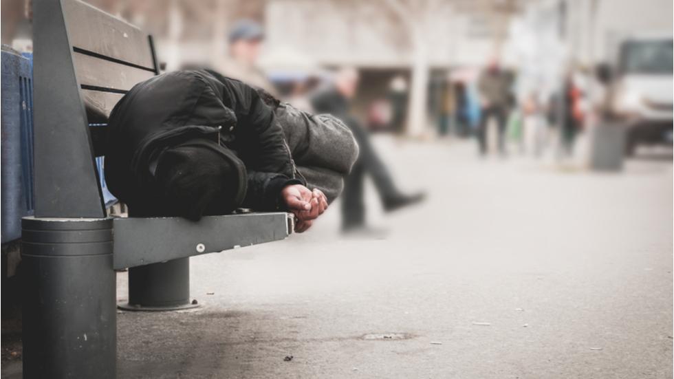 român mort de frig pe străzile din Italia