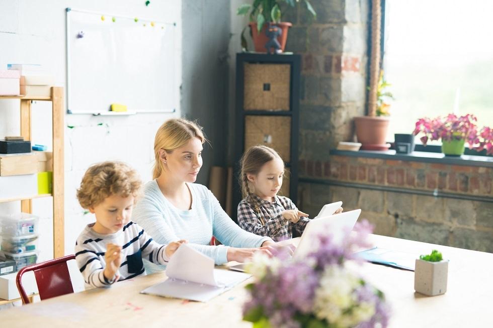 Părinții primesc indemnizații pentru zilele de stat acasă